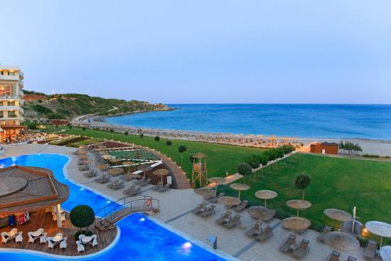 Kallithea, اليونان: The hotel grounds and the beach-front