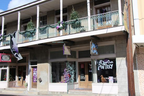 Thibodaux, LA: Purple Penguin operates both floors