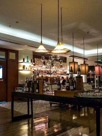 Acqua at Shangri-La's Mactan Resort & Spa: Acqua in the evening