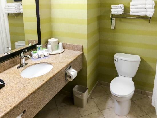 Holiday Inn Express Red Bluff - South Redding Area: Spotless Bathroom