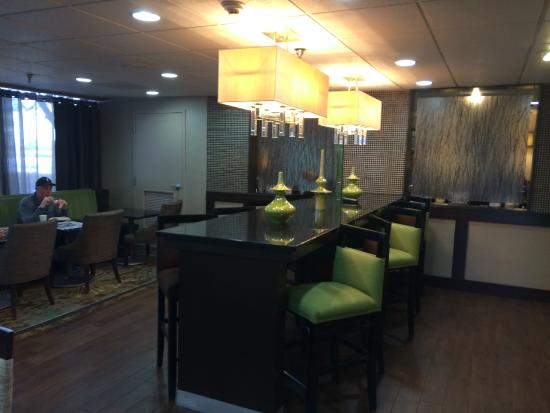 Hampton Inn Indianapolis - NE / Castleton: Eating area in the lobby