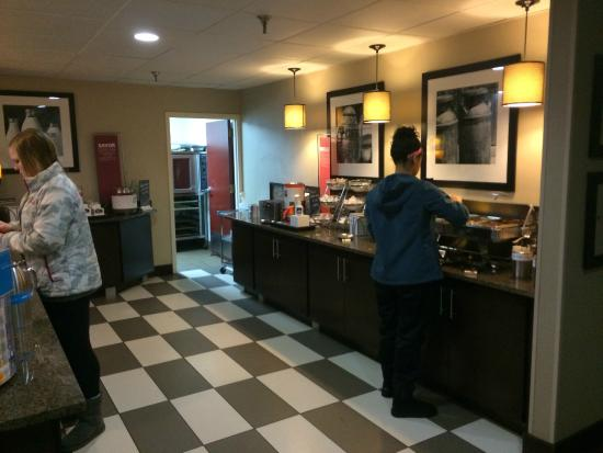 Hampton Inn Indianapolis - NE / Castleton: breakfast area - very clean