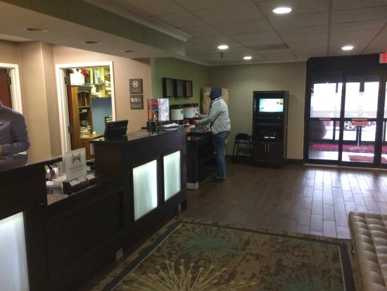 Hampton Inn Indianapolis - NE / Castleton: front desk
