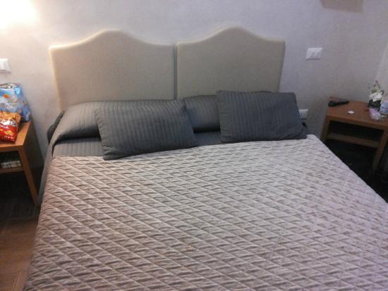 La Luna Romana: Bed