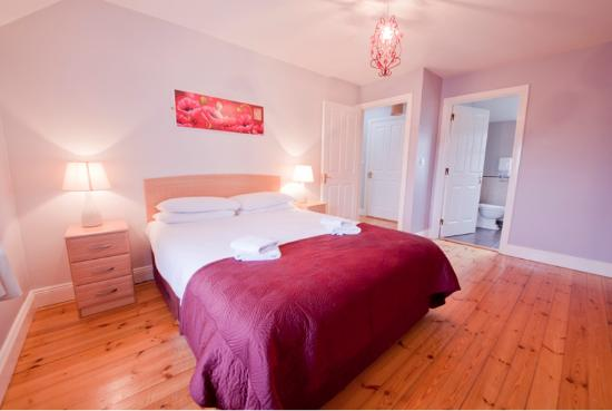 Upton Court Hotel and Holiday Cottages: Holiday Cottage Master Bedroom