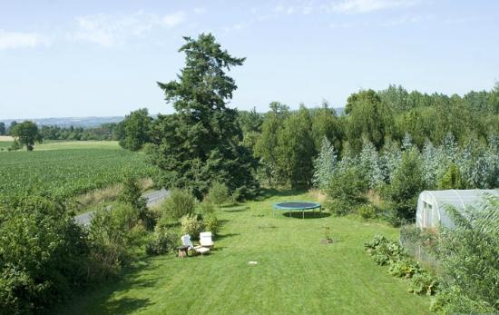 Saint-Symphorien-des-Monts, Prancis: The garden at La Nesliere organic B&B Normandy