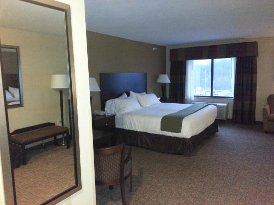 Holiday Inn Express & Suites Bridgeport: entrance to room