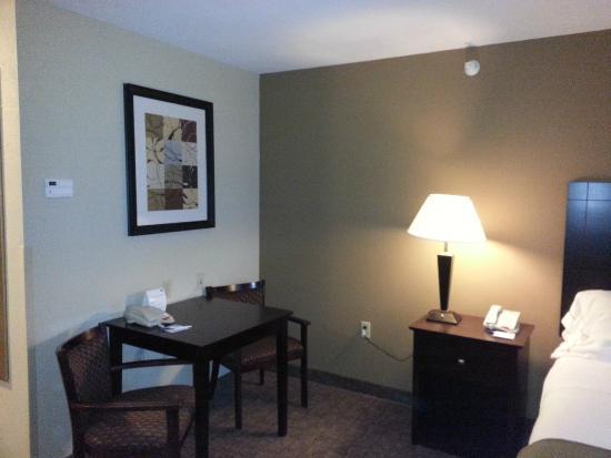 Holiday Inn Express & Suites Bridgeport: Desk area
