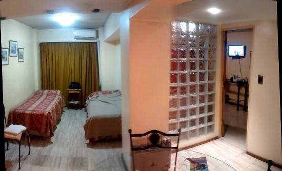 Home Suites Apart : cocina comedor / camas al fondo