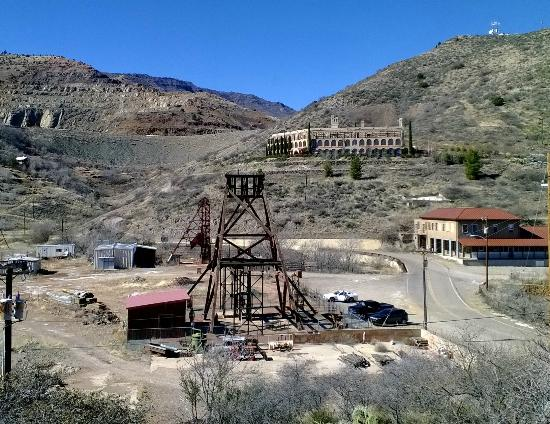 Audrey Headframe Park: Audrey Headframe with former Little Daisy Inn for miners, now a private residence