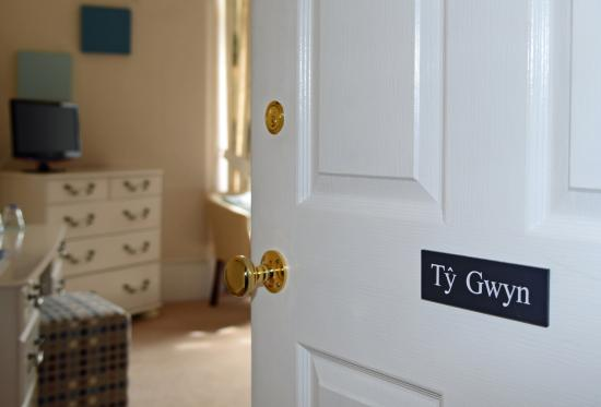Holcombe House: A peak into Ty Gwyn ( room 1)