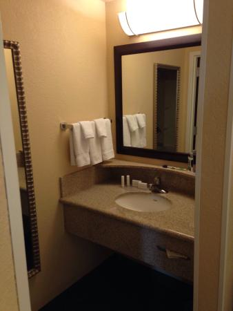 SpringHill Suites Fort Myers Airport: The sink and counter area
