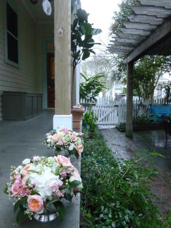 Chimes Bed and Breakfast: Entryway from the street into the courtyard