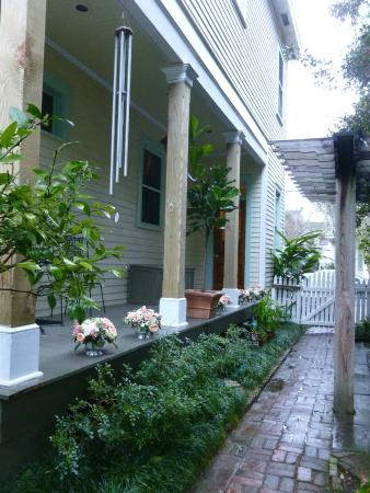 Chimes Bed and Breakfast: Another view of the walkway from the entrance into the courtyard