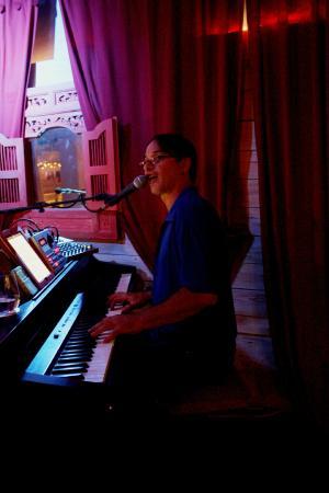 Ernest & Fidel Cafe: Live music