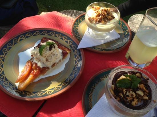 Qanela Restaurante: algunos postres...tarta de manzana, mousse de chocolate y bayleys + mousse de maracuja