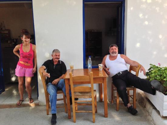 Hotel Stavris: Stavros e Marianna dopo la colazione