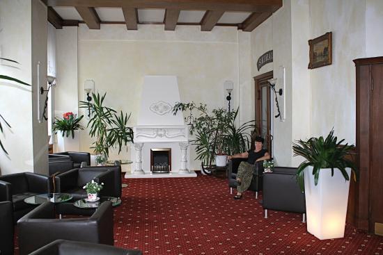 Hotel Vier Jahreszeiten: Trying to get Wifi in the lobby