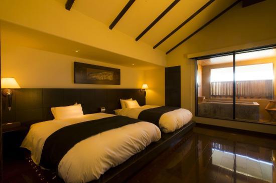 Hotel Shiragiku : 菊の時季フロア「菊万葉」メゾネットタイプのベッドルーム一例。外側に半露天風呂があり、プチ贅沢なひと時が過ごせる。