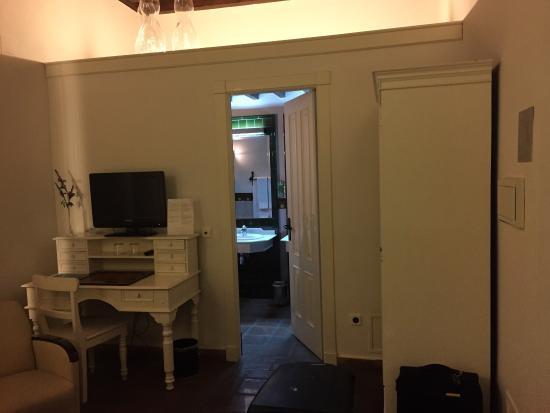 El Ladron De Agua: Partition Wall Between Bedroom And Bathroom