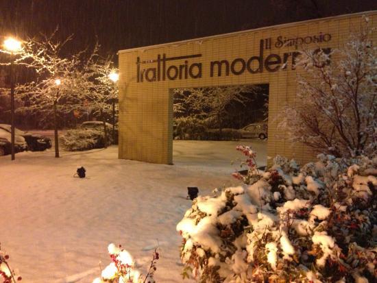 Trattoria Moderna Il Simposio: Entrando al ristorante...sotto la neve