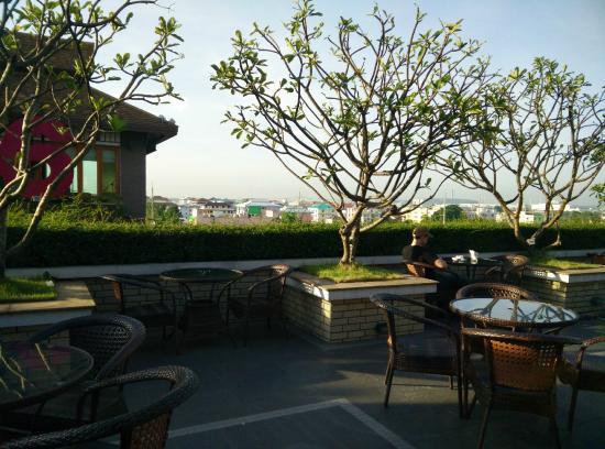 Suvarnabhumi Suite Airport Hotel : roof terras