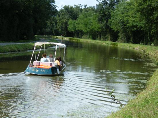 Vallon-en-Sully, France : balade en bateau électrique sur le canal de Berry