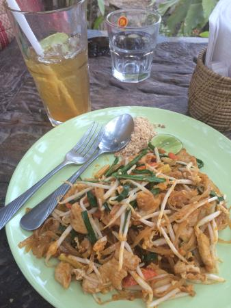 Sonya Restaurant & Guesthouse : Pad Thai with chicken and ice tea