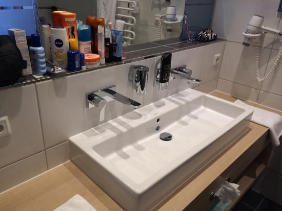 sch ne und moderne badezimmer mit dusche wc und doppellavabo picture of hotel alp larain. Black Bedroom Furniture Sets. Home Design Ideas