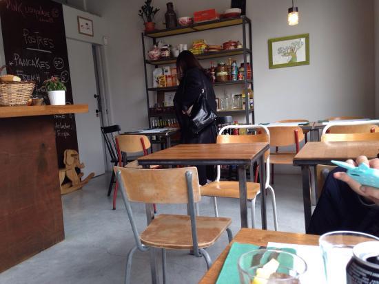 I tavoli con le sedie di scuola - Picture of Can Dende ...