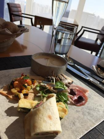 K'shiki All-Day Dining: 前菜とスパークリングワイン