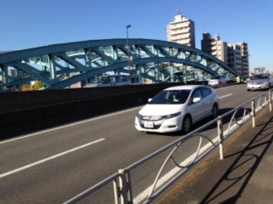 Senju Ohashi: 秋の好日、隅田川にかかる橋