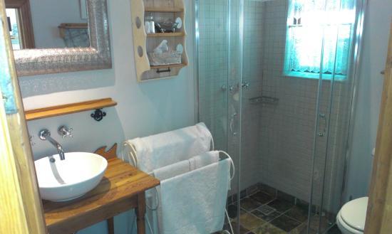 Kambro Cottage: en-suite bathroom
