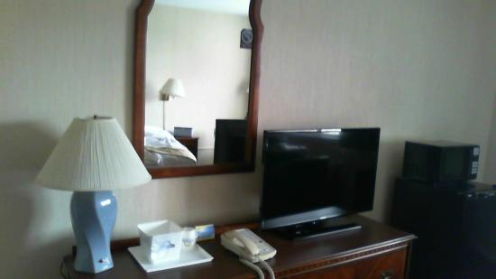 Days Inn Waynesboro: Flat-screen TV, microwave, refrigerator/freezer in every room.