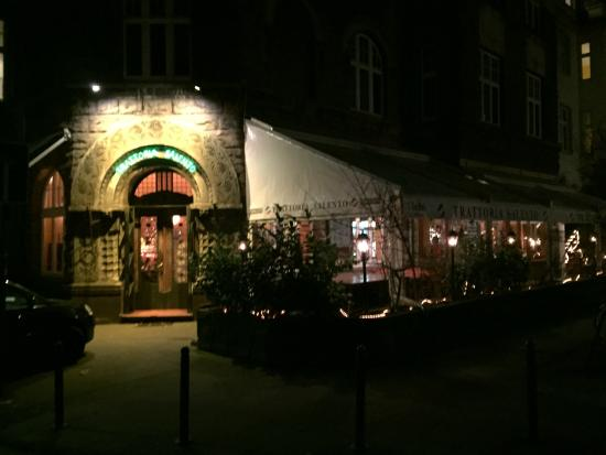 """Das Restaurant """"Trattoria Salento"""" mit seinem Terrassen-Bereich rechts davor"""