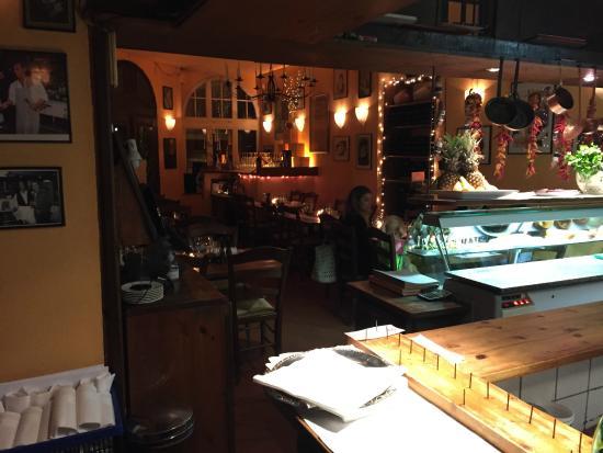 Die zentrale, offene Küche des Restaurants - Picture of Trattoria ...