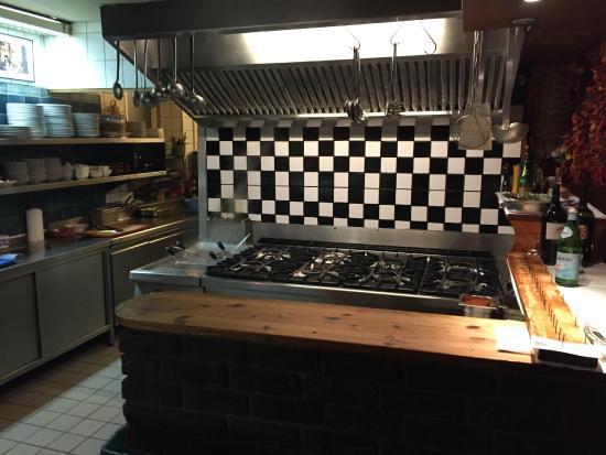 Die zentrale, offene Küche des Restaurants - Bild von Trattoria ...