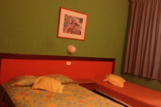 Hotel Agave Azul: Otra vista de la hbaitacion con 2 camas