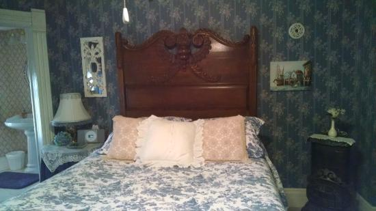 Benner House Bed and Breakfast: Our pretty bedroom