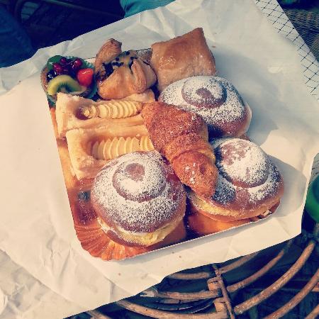 L'Eoliana: Briosche ricotta, crostata di frutta e briosche al miele... tutte ottime!!