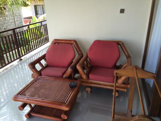 Putri Ayu Cottages: Balcony