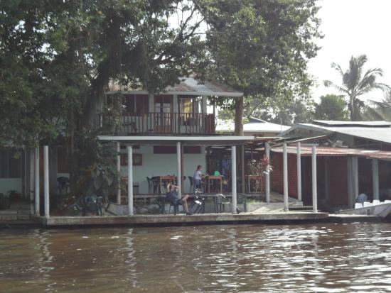Casa Marbella: Deck sobre el río