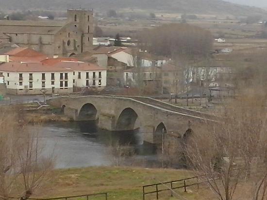 Hotel Mirador de Gredos: Puente románico e iglesia