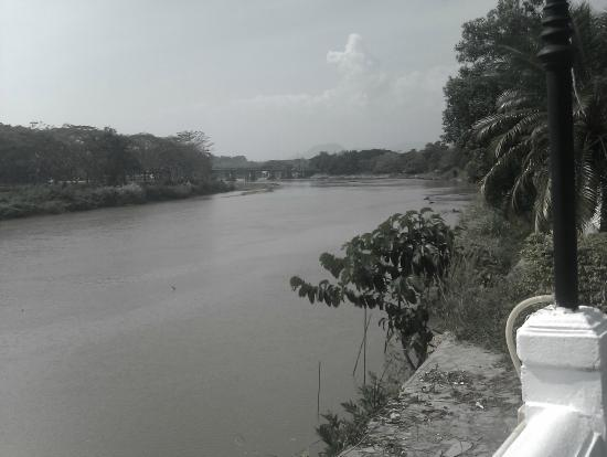 Wiang Indra Riverside Resort: River near hotel