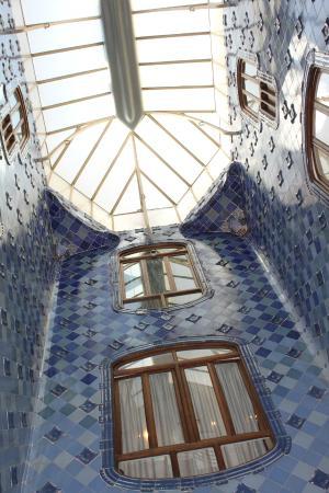 Cage d 39 escalier avec azulejos en degrad de bleu picture for Tapisser cage d escalier