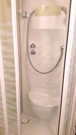 Au Mouton Blanc: salle de bains de la chambre 16