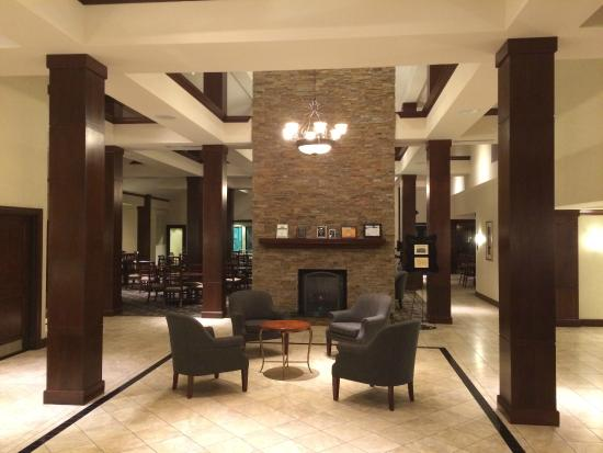 Staybridge Suites Seattle North-Everett: Entry way (breakfast area behind the fireplace)