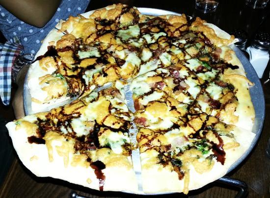 Ukiah Brewing Company & Restaurant: Bacon arugula pizza