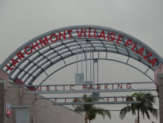 Larchmont Village: Sign entering parking