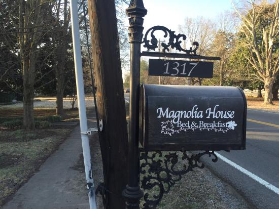 Magnolia House Bed and Breakfast: Look for the mailbox to know where to turn!